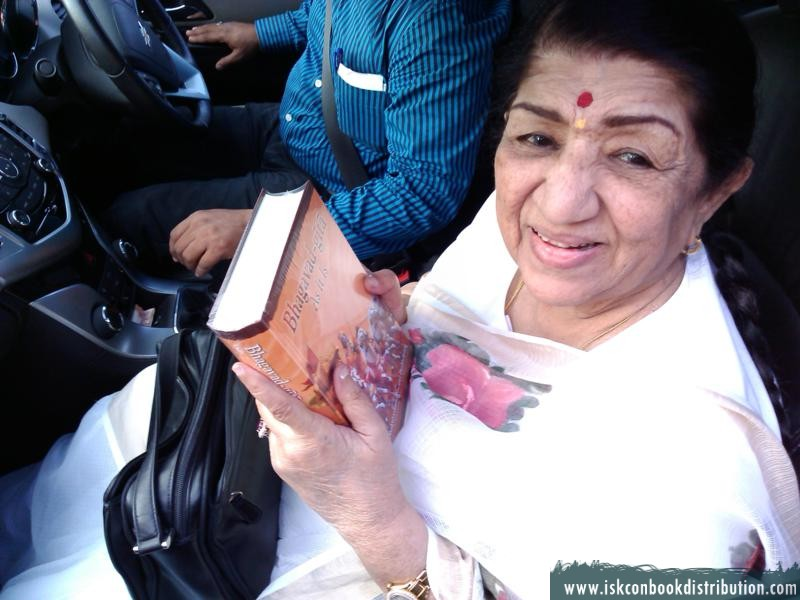 Famous Indian Singer Lata Mageshkar receives Bhagavad Gita