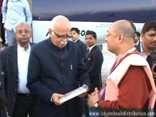 Senior BJP Leader LK Advani Recieves Bhagavad Gita