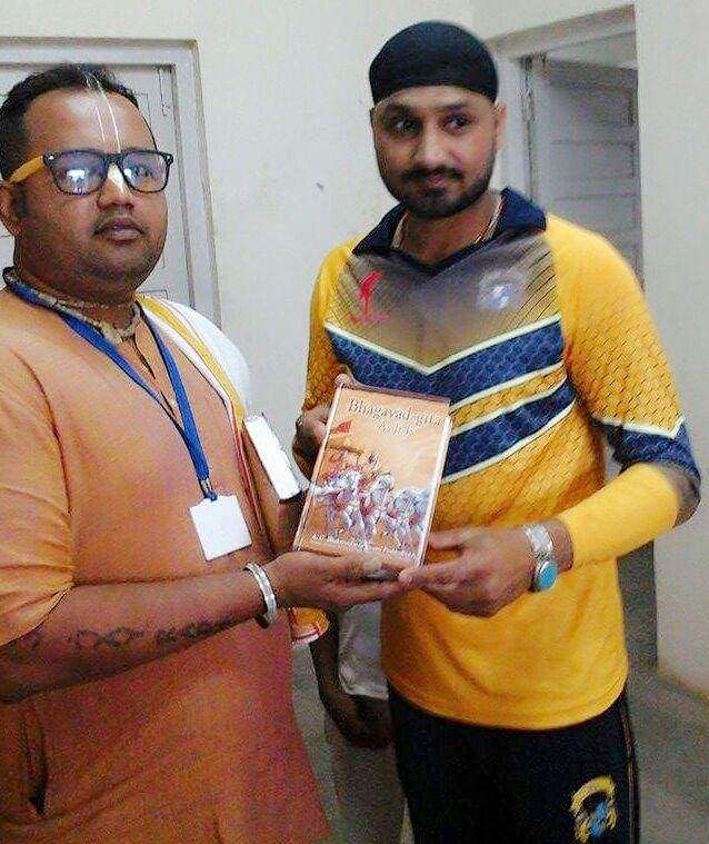 Harbhajan Singh Recieves Bhagavad Gita