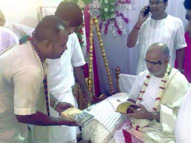 Pujya Ramesh Bhai oza received prabhupada Bhagavad gita
